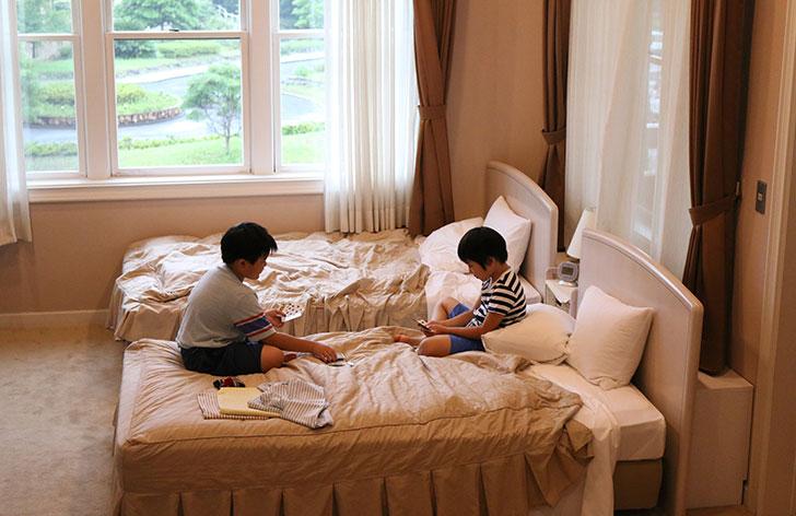 ベッドの上でUNOを楽しみ男の子