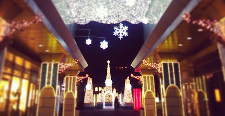 クリスマスのキラキラした町並み クリスマスサプライズ