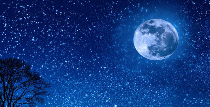 満月と星がキレイなロマンチックな夜空