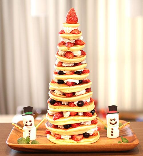 最後にお皿の周りも飾り付けて完成! パンケーキタワーの作り方