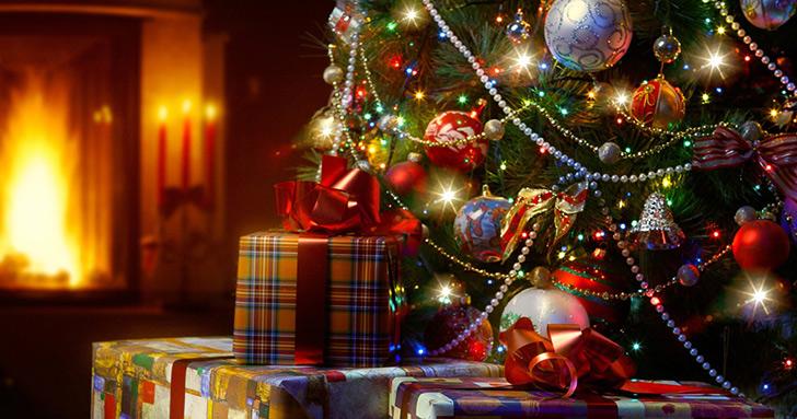 クリスマスツリーの中にプレゼントを仕込むサプライズ