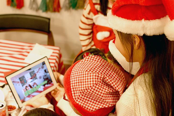 1つ目のサンタからのメッセージムービーを見ている子供たちの様子