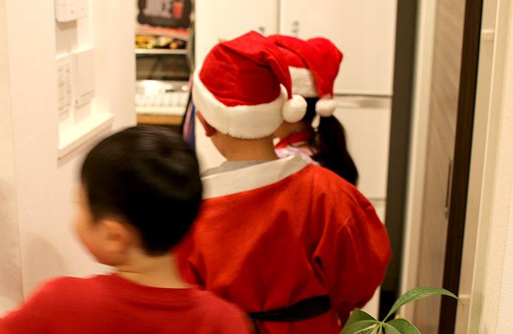 サンタの宝探し 次のヒントを探しに行く子供たち