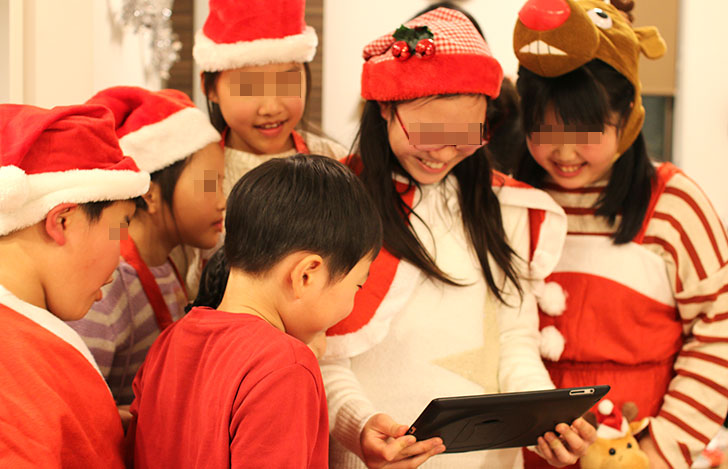 サンタの宝探し〜ARアプリで2つ目のヒントを見る子供たち