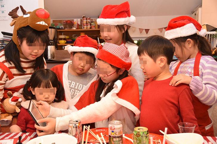 ARアプリで3つ目のヒントを見る子供たち
