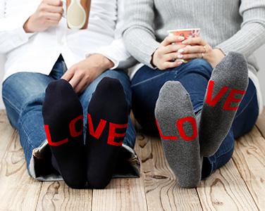リラックスして足を伸ばした時だけLOVEがチラリと見える!「BEAMS LOVE SOCKS ソリッドカラー」