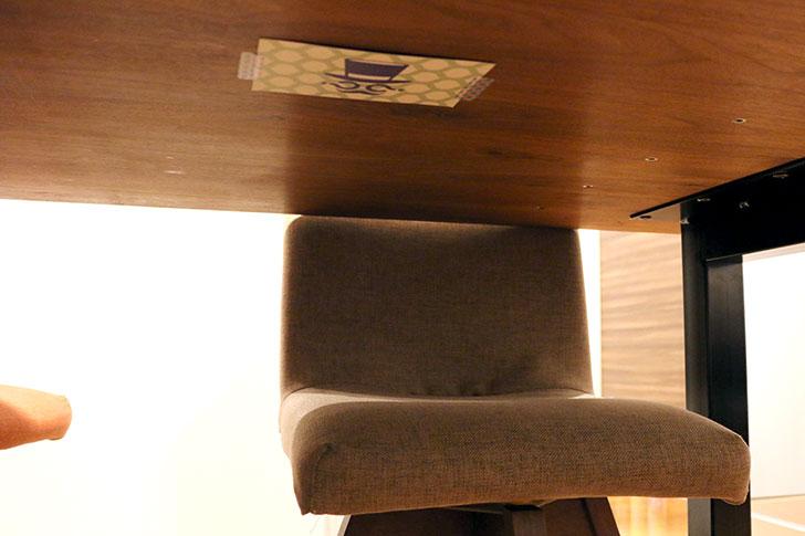 きねんびばこ ナゾカードを机の下に隠す
