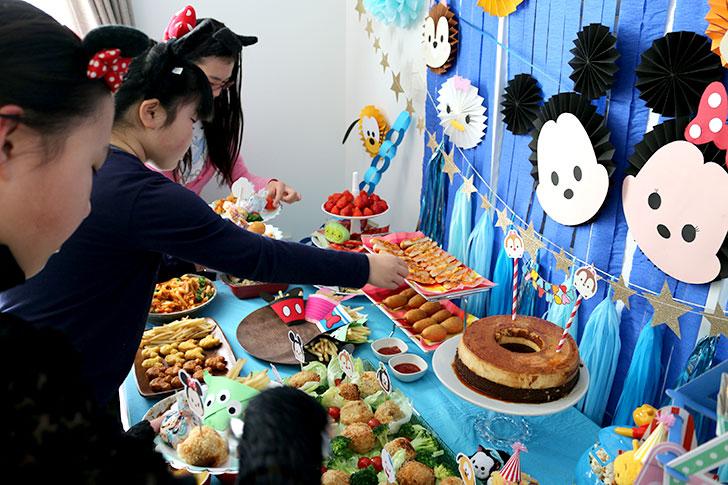 ツムツム誕生日パーティー 料理をピックアップするシーン