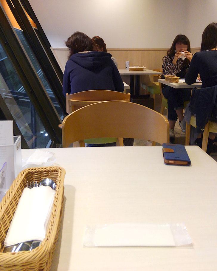 幸せのパンケーキ 吉祥寺 店内 二人席