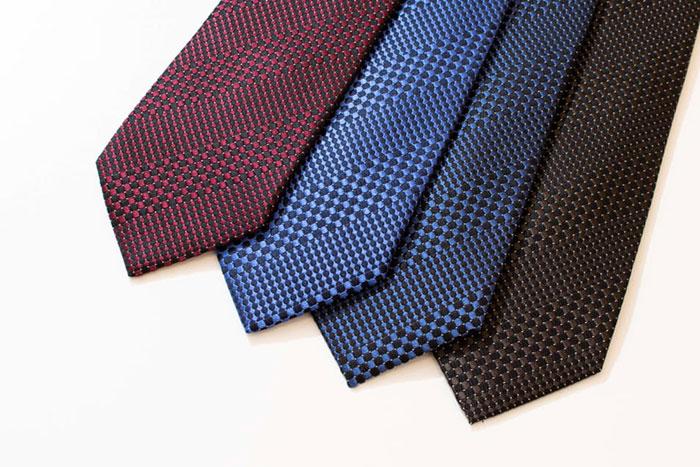 「D'URBAN」の精巧なデザインの小紋ネクタイ