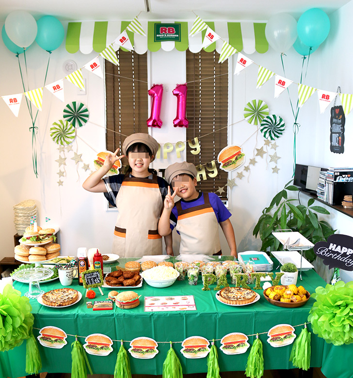 兄弟で記念撮影 バーガーショップ(モスバーガー風)をテーマにした子供の誕生日パーティー演出
