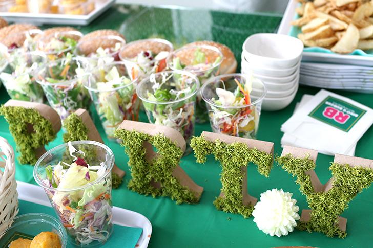 グリーンモスでデコレーションしたアルファベットブロック バーガーショップ(モスバーガー風)をテーマにした子供の誕生日パーティー演出