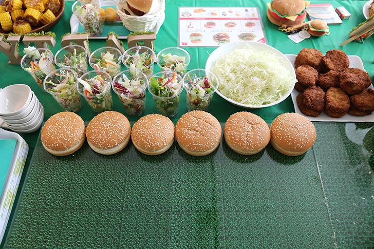 人工芝とアクリルボードで作った調理台 バーガーショップ(モスバーガー風)をテーマにした子供の誕生日パーティー演出