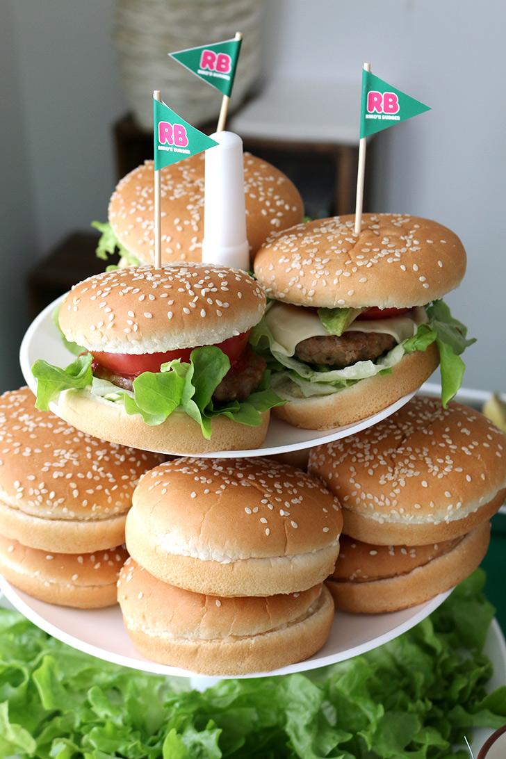 3段トレーに飾ったバーガー完成見本  バーガーショップ(モスバーガー風)をテーマにした子供の誕生日パーティー演出