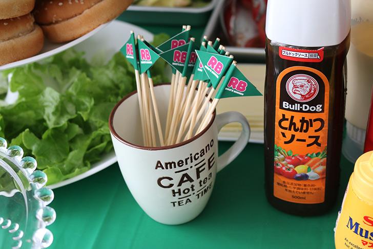 ハンバーガーに指す旗(ピック)にもオリジナルのロゴ入り バーガーショップ(モスバーガー風)をテーマにした子供の誕生日パーティー演出