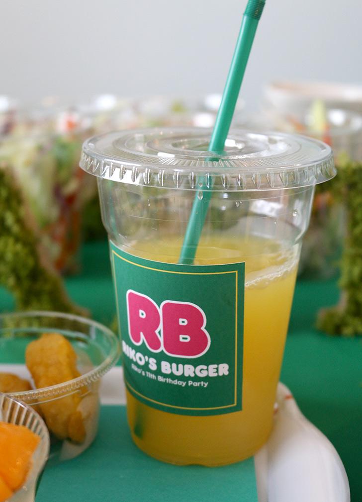ドリンクのカップもオリジナルのロゴ入り バーガーショップ(モスバーガー風)をテーマにした子供の誕生日パーティー演出