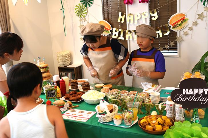 一番小さい子から順番に注文 バーガーショップ(モスバーガー風)をテーマにした子供の誕生日パーティー演出