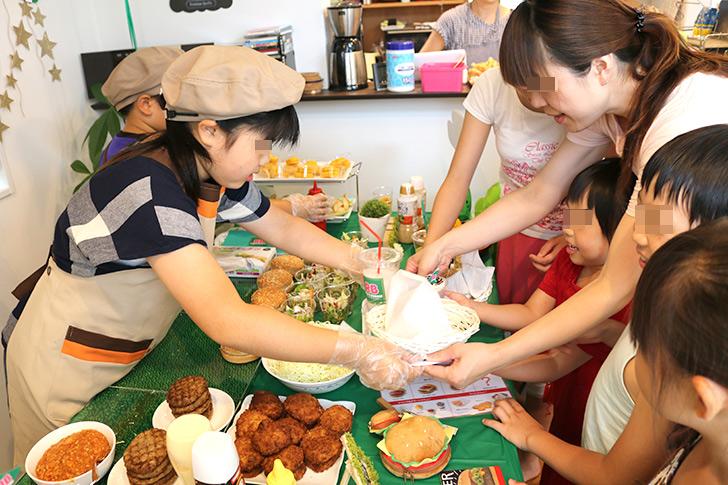 お客さんに手渡す バーガーショップ(モスバーガー風)をテーマにした子供の誕生日パーティー演出