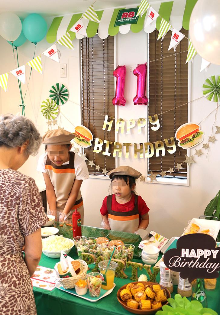 ちびっ子がバーガーショップの店員に挑戦 バーガーショップ(モスバーガー風)をテーマにした子供の誕生日パーティー演出