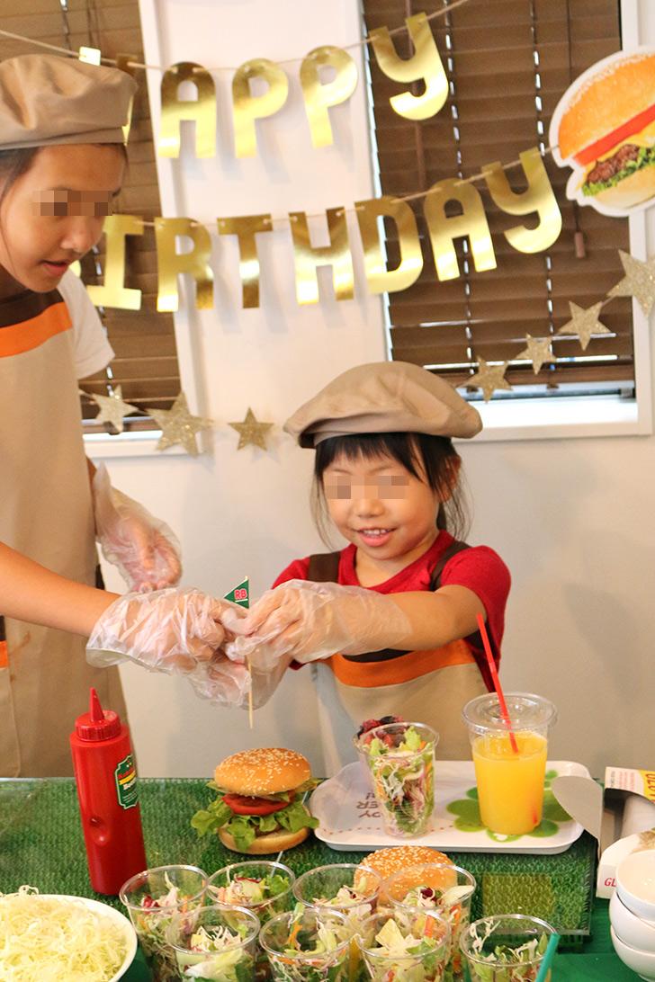 ハンバーガーを上手に作れた バーガーショップ(モスバーガー風)をテーマにした子供の誕生日パーティー演出