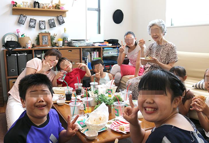 食事中 バーガーショップ(モスバーガー風)をテーマにした子供の誕生日パーティー演出