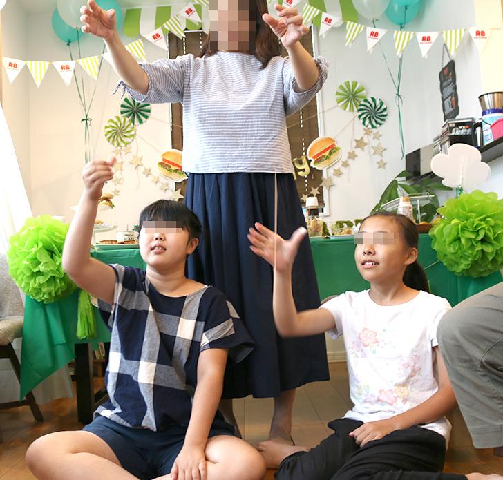パーティーゲーム 棒キャッチ バーガーショップ(モスバーガー風)をテーマにした子供の誕生日パーティー演出