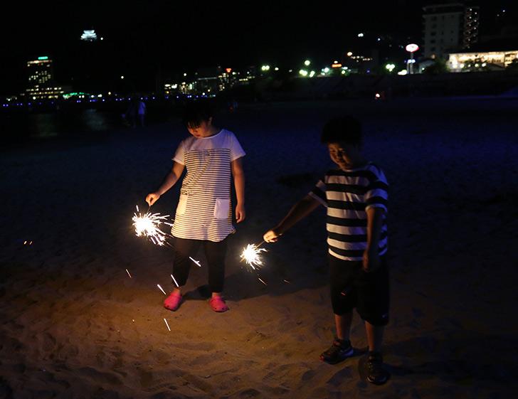夜の熱海サンビーチで花火