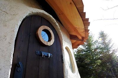 北軽井沢スウィートグラス 入り口の扉が可愛い 泊まれるツリーハウス