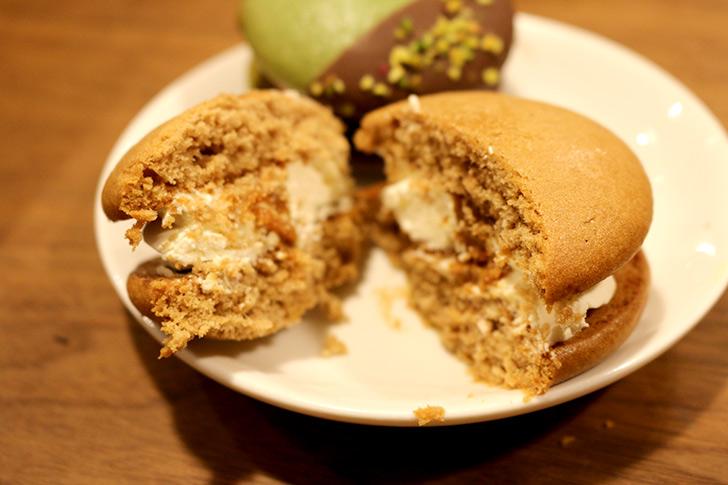 塩バターキャラメルマッキアートのウーピーパイを食べた感想
