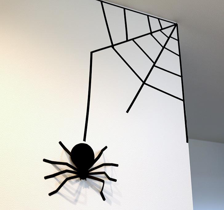 黒いマスキングテープで蜘蛛の巣を作る