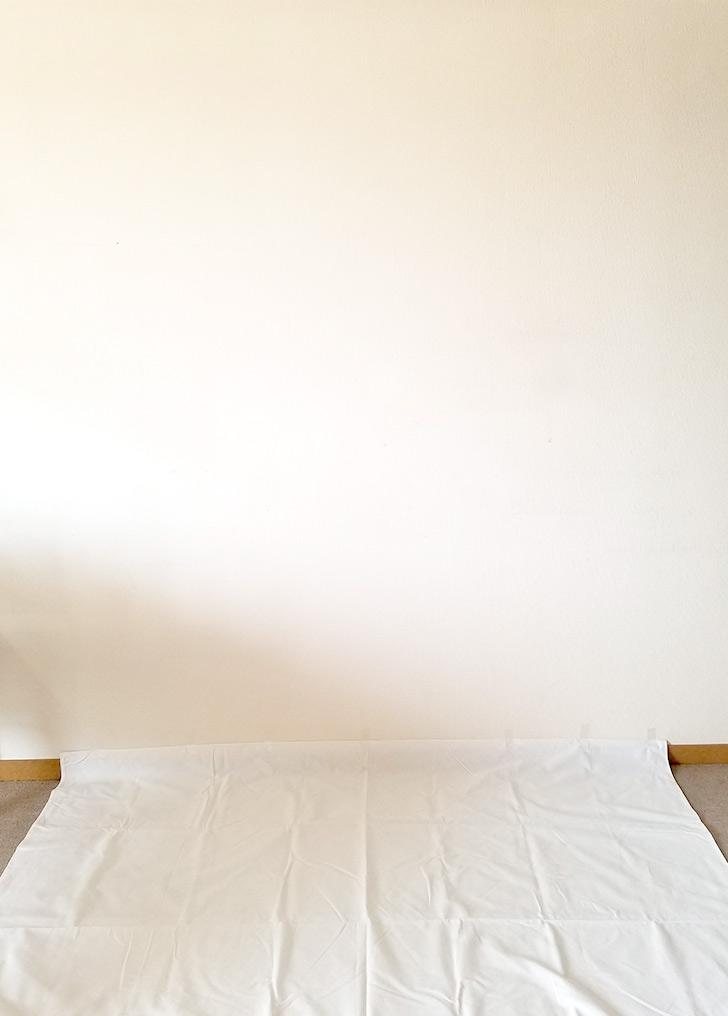 白い壁の下に白い布を敷く 可愛いフォトブースの作り方