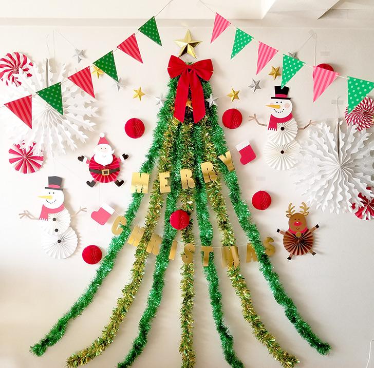 モールを使った壁面クリスマスツリー