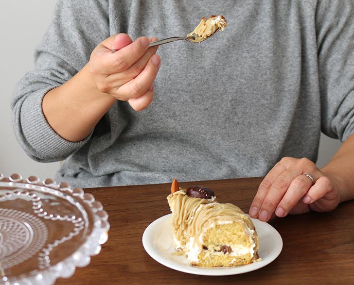 女性が食べてるシーン1 ほくほく和栗&和三盆のモンブラン ラ・ファミーユ