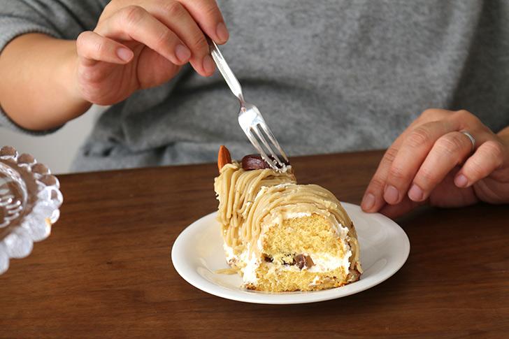 女性が食べてるシーン2 ほくほく和栗&和三盆のモンブラン ラ・ファミーユ