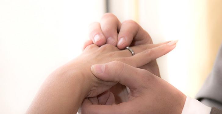 指輪をはめるサプライズ