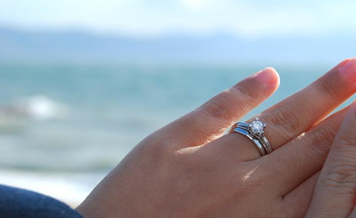 彼氏にもらった指輪をながめているシーン