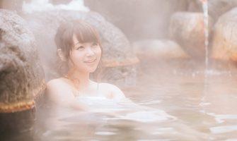 温泉にゆっくり浸かっている女性