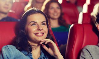 映画館で映画を見る女性