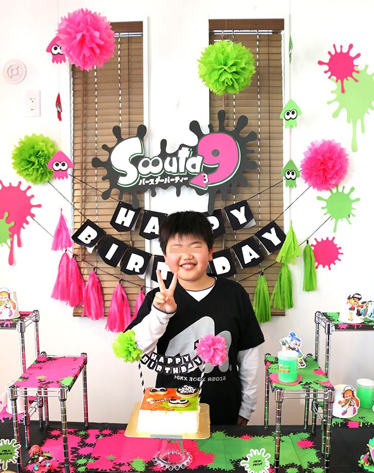 スプラトゥーンの誕生日パーティー バースデーケーキで記念撮影