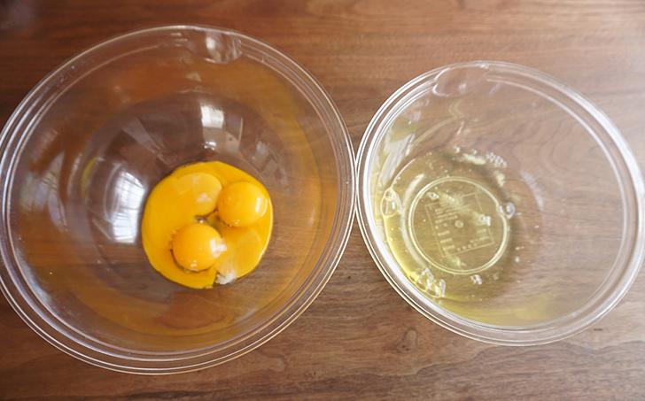 1.卵を卵黄と卵白にわけます。 シフォンケーキの作り方
