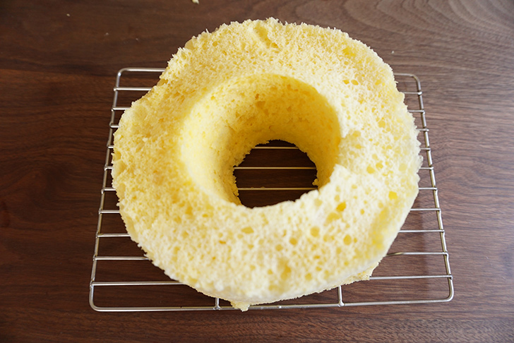 型を破いて外してください。 シフォンケーキの作り方
