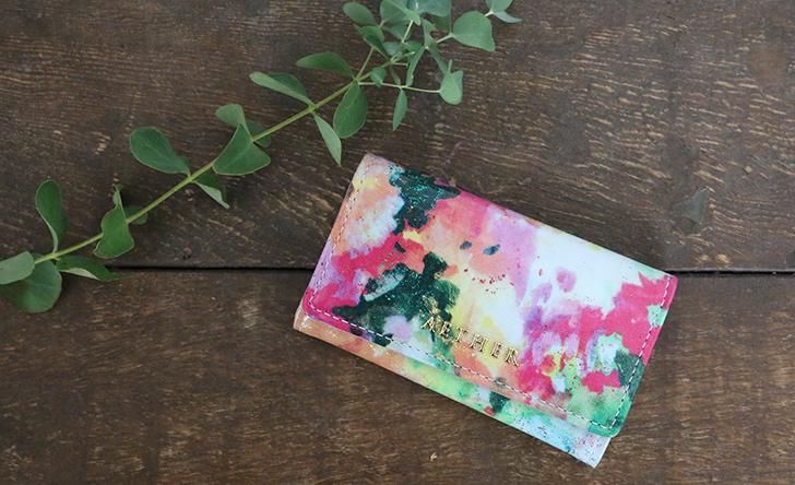 エーテル ラムエナメルレザー・キーケース「フルール・プティ」植物と合わせたイメージカット