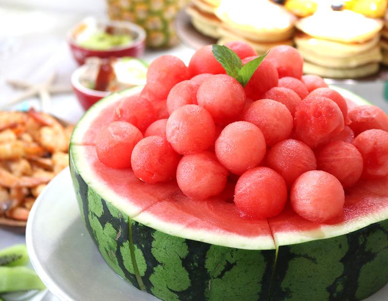 ホールケーキ風のスイカ アロハ・ハワイをテーマにしたトロピカルな誕生日パーティー演出