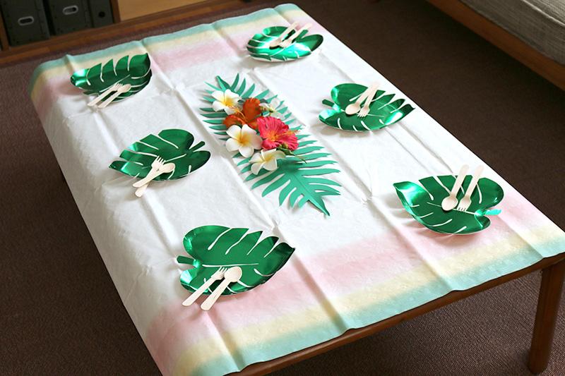 テーブル モンステラの紙皿 アロハ・ハワイをテーマにしたトロピカルな誕生日パーティー演出