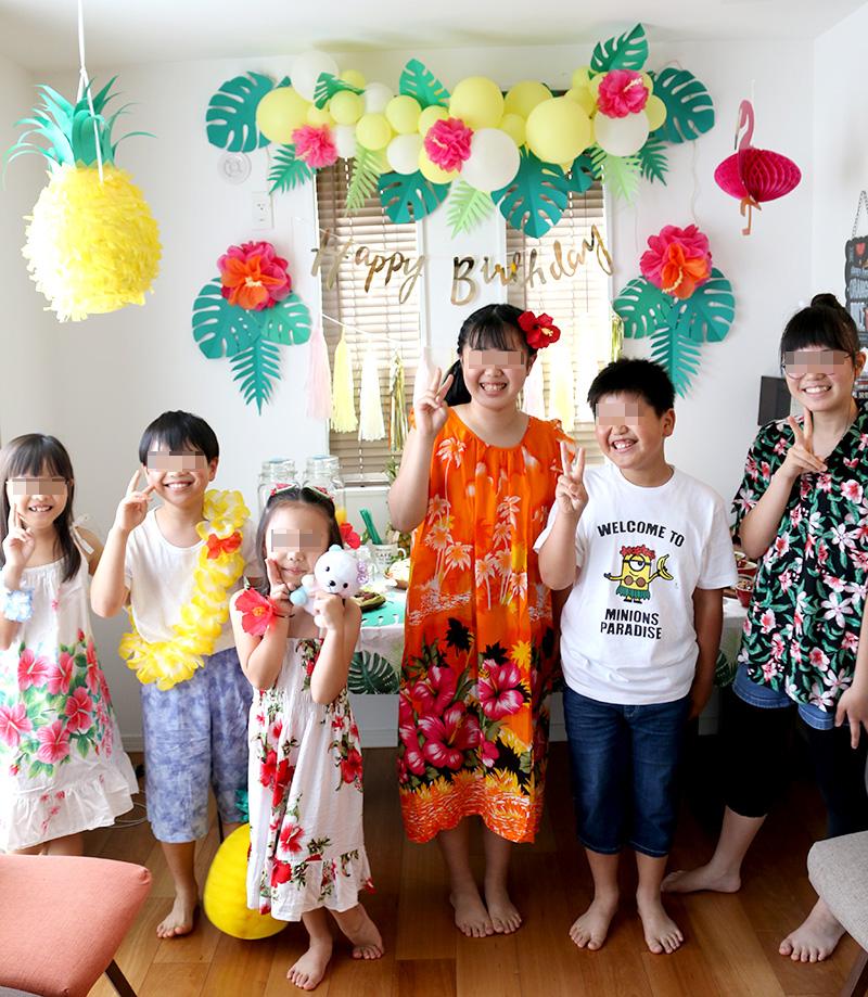 みんなで記念撮影 アロハ・ハワイをテーマにしたトロピカルな誕生日パーティー演出