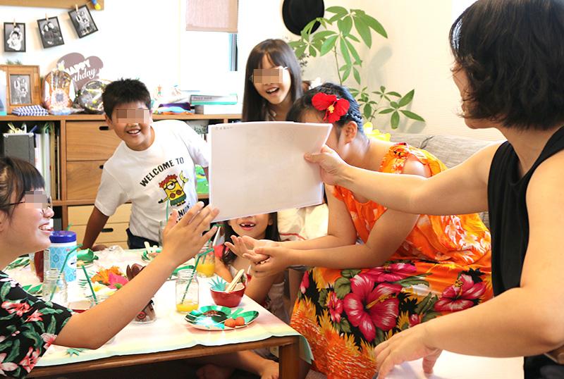 誕生日の人クイズ アロハ・ハワイをテーマにしたトロピカルな誕生日パーティー演出