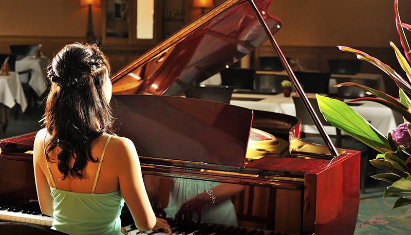 ピアノの生演奏があるレストランでサプライズ