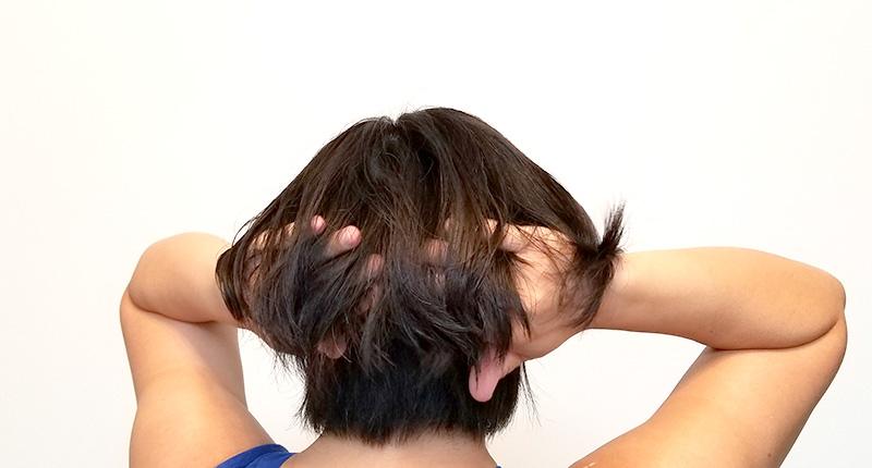 スチームクリームを髪につけているシーン