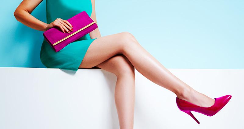 ファッションとして財布を選ぶ女性のイメージ