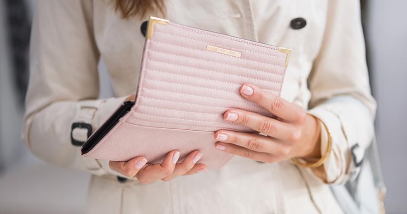 財布を使っている女性のイメージ